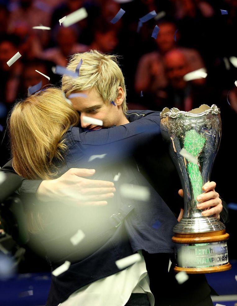 Robertson in de armen van zijn moeder na de zege. Beeld PHOTO_NEWS