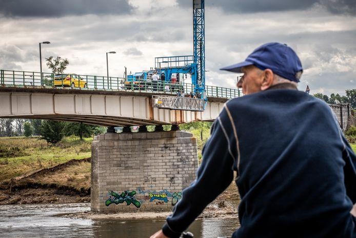 Inspectie van de Maasbrug van Maaseik.