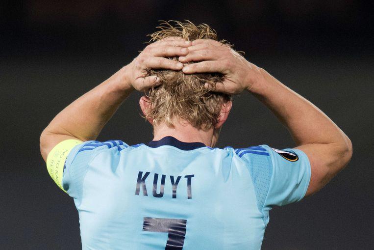Dirk Kuyt druipt ontgoocheld af, Feyenoord ligt eruit. Beeld EPA