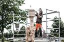 Woodcarver Thomas Weijenberg snoeit de boomstronk tot een gedetailleerd kunstwerk