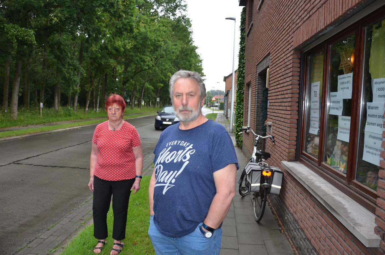 Antoine en Annelies betreuren dat er 53 bomen verdwijnen langs het fiets- en wandelpad nabij het centrum van Eksaarde.