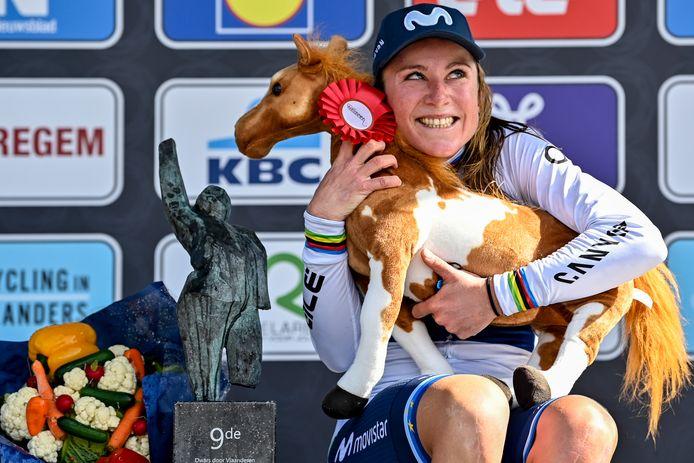 Annemiek van Vleuten viert op het podium haar zege in Dwars door Vlaanderen.