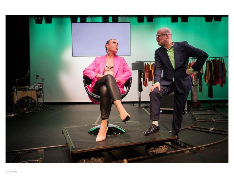 Sofie Decleir (l) als actrice Arminia Lulu en Koen van Kaam als talkshowhost in 'De aanzegster' van toneelgroep Zuidpool. Beeld Foto Kurt Van der Elst