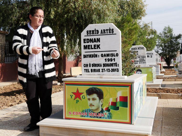 Hevin naast het graf van haar zoon Beeld Bruno Struys