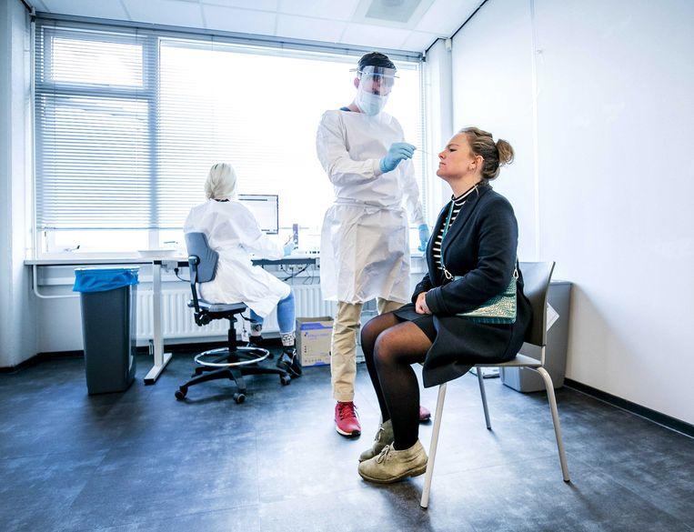 Een coronatest in Groningen. De regio luidt samen met Twente de noodklok over de dreiging van het coronavirus voor de zorgcapaciteit. Beeld EPA