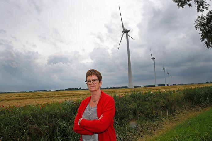 Mireille Louwerens bij windmolens