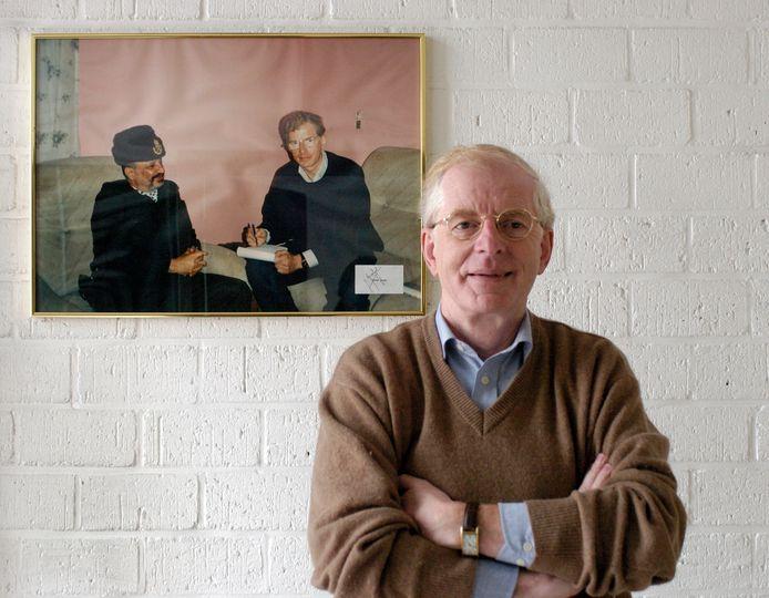 Theo de Jong, met op de achtergrond een foto van zijn bijzondere ontmoeting met Yasser Arafat.