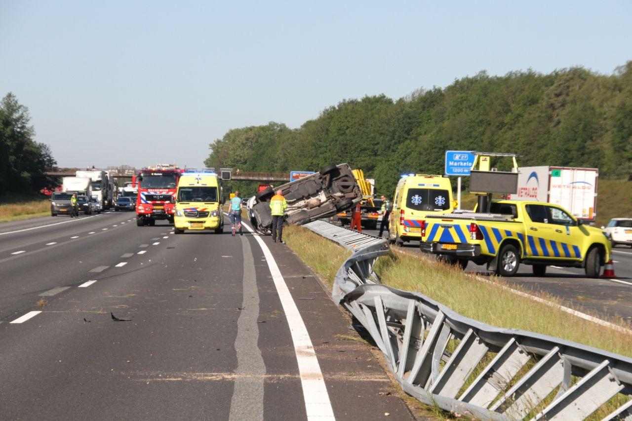 De ravage op de A1 is groot als gevolg van een ongeluk maandagochtend tussen Rijssen en Holten