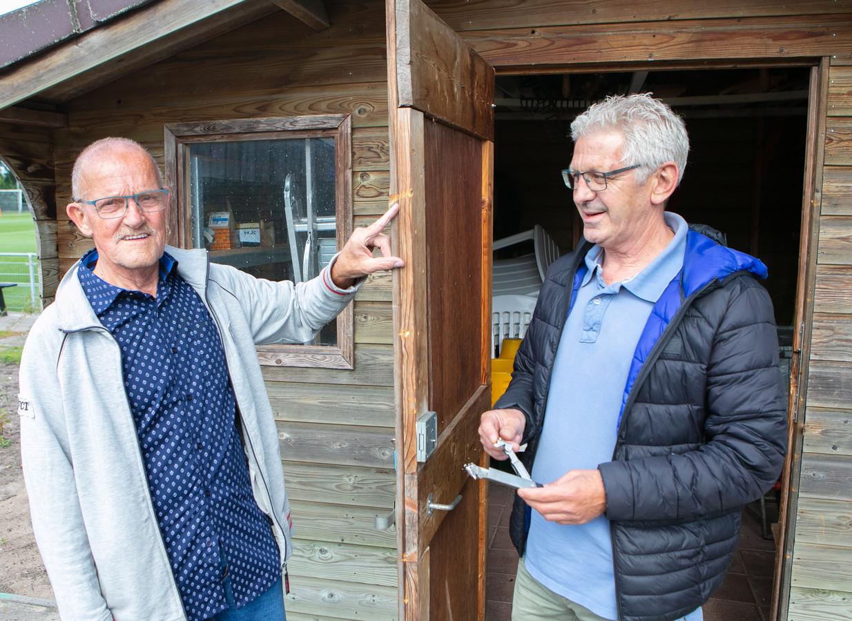 Vrijwilliger Gerrit Sibon van SVV '56 toont de braakschade en Gerrit Prenger van korfbalvereniging KIOS '45 heeft de geforceerde raamklem in de hand.