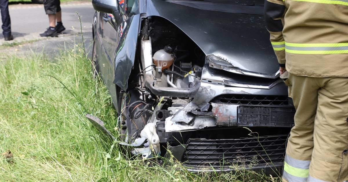 Flinke ravage na botsing tussen auto en trein in Boxtel, bestuurder niet gewond.