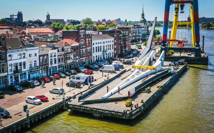 De Prins Clausbrug ligt gereed aan de kade.