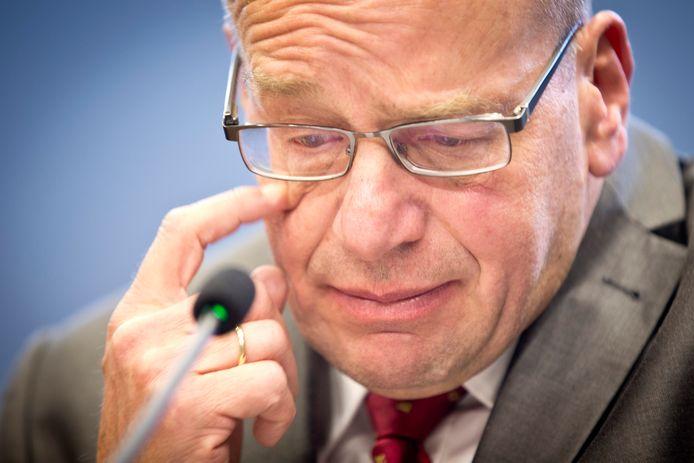 Fred Teeven tijdens de persconferentie waarin hij zijn aftreden aankondigt, naar aanleiding van 4,7 miljoen gulden die gemoeid was met de deal met een drugscrimineel.