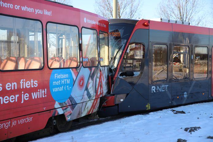 De bestuurder van de achterste tram wordt door ambulancepersoneel gecontroleerd.