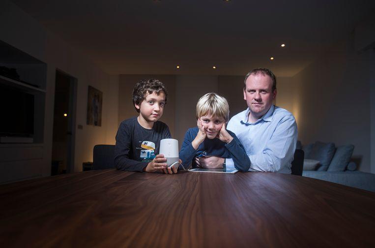 Siebe, Mathis en Steven Van Belleghem met de Google Home: ideaal voor leergierige kinderen. Beeld Karel Duerinckx