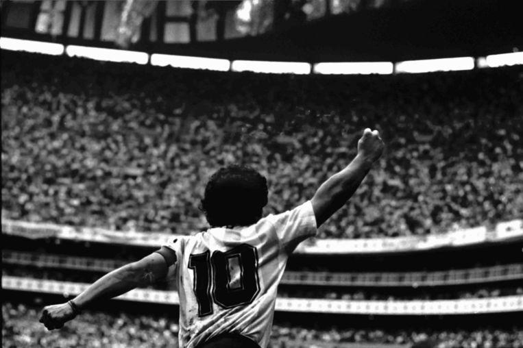Iconisch beeld: Diego Maradona juicht nadat hij de 2-0 heeft gescoord in de halve finale van het WK 1986, tegen België. Beeld Guus Dubbelman / de Volkskrant