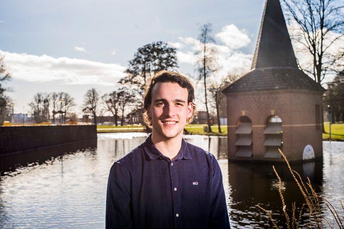 Timon Metz uit Diepenveen bij het 'torentje', maar dan die op de campus staat van de universiteit in Twente.