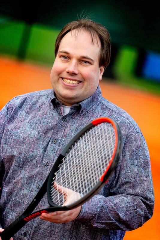 Portret van voorzitter Maikel Veroude bij Tennisclub Tilburg (TCT).
