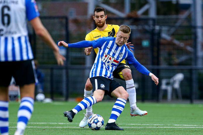 Brian De Keersmaecker, hier in duel met NAC-speler Roger Riera, scoorde al na 35 seconden voor FC Eindhoven. Dat slaagde er vervolgens niet in om door te drukken.