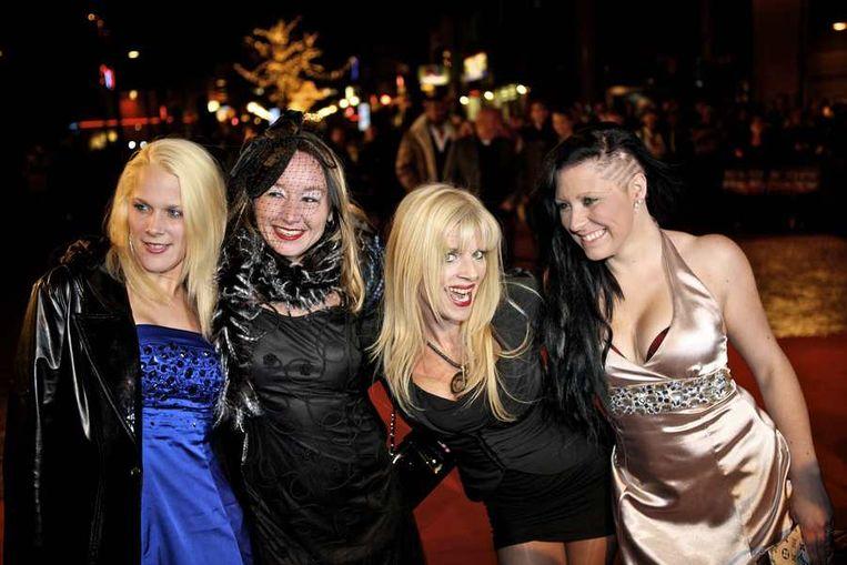 Kim Holland en haar vriendinnen gisteravond op de rode loper bij de première in  Eindhoven van de nieuwe film  New Kids Nitro van producent Reinout Oerlemans. © ANP Beeld