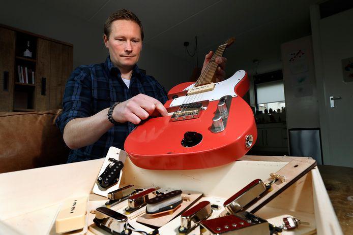 Sander Overkamp bouwt en ontwikkelt pick-ups voor gitaren. Nu heeft hij een gitaar gebouwd om sneller te kunnen schakelen. Foto: Theo Kock