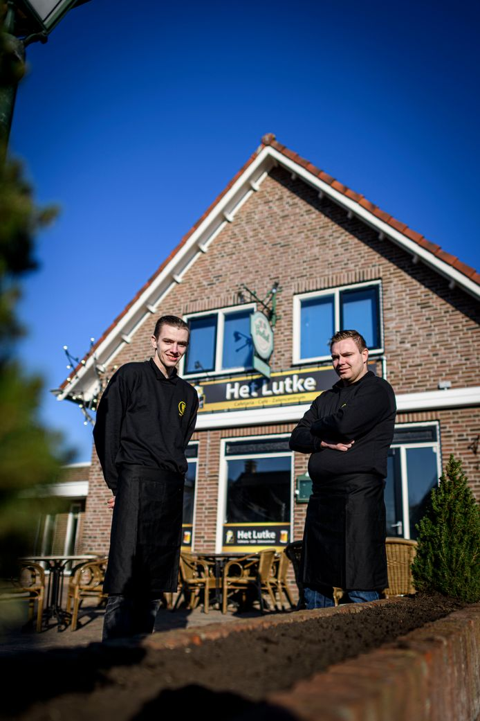 Wesley (links) en Jordi Elzinga voor hun nieuwe snackbar Het Lutke.