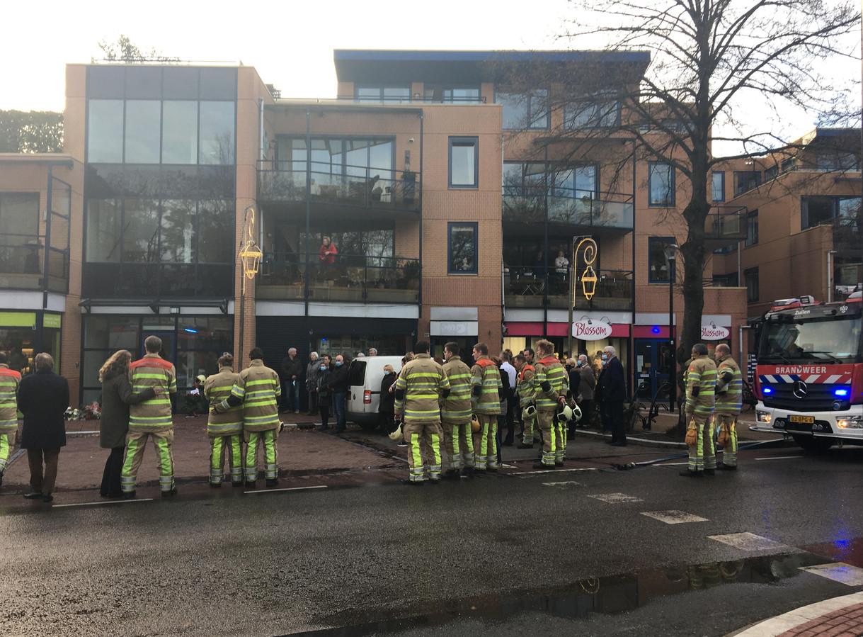 Brandweermensen herdenken samen hun overleden collega in Den Dolder.