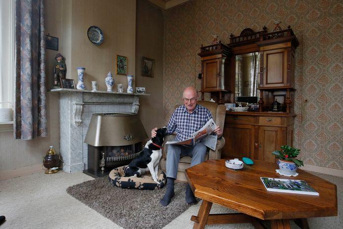 Hans van Krieken in de woonkamer. Hier en in de keuken zit hij vaak. ,,Daar heb ik een mooi uitzicht op de ooievaars die op hun nesten zitten.''