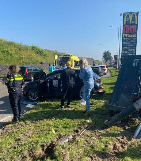 Ravage door botsing op de Knardijk West: één gewonde en vijf auto's beschadigd
