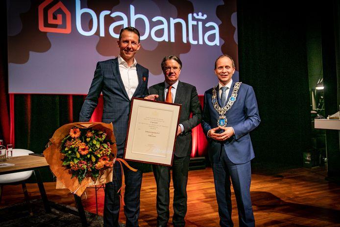 Brabantia-topman Tijn van Elderen (links) krijgt de oorkonde uit handen van Commissaris van de Koning Wim van de Donk. Rechts burgemeester Anton Ederveen van Valkenswaard.