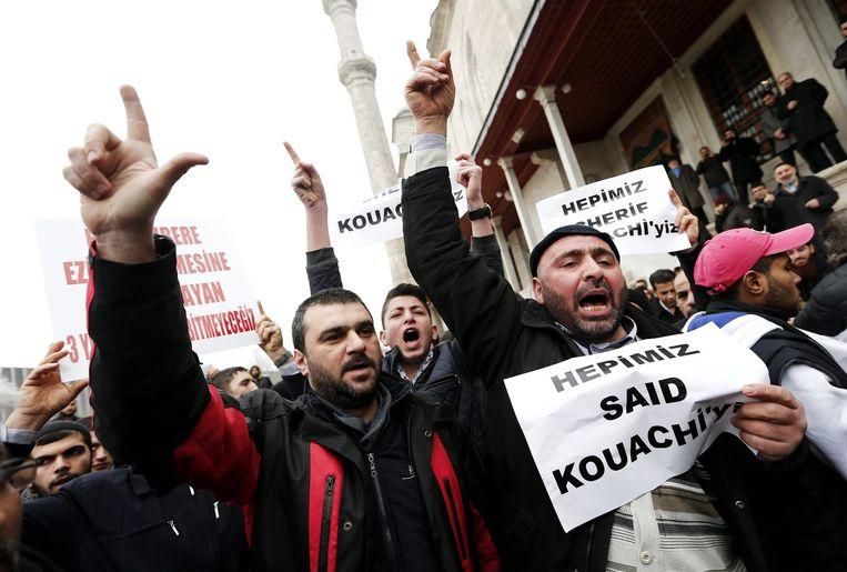 Islamisten houden posters omhoog met daarop in het Turks 'Wij zijn allemaal Saïd Kouachi'. Beeld ANP