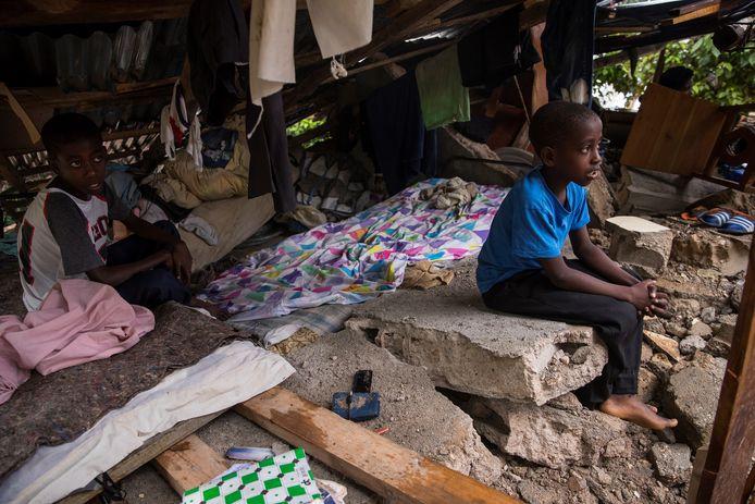 Om toch een dak boven hun hoofd te hebben tijdens de storm, keren getroffen Haïtianen terug naar hun vernielde huizen. Beeld uit Camp-Perrin, Les Cayes.
