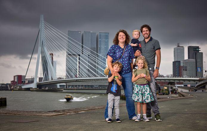 Juliët en John de Kroon, met hun kinderen Vere, Felix en Pepijn (baby) bij de Erasmusbrug. Tijdens de geboorte van Felix stonden ze vast voor de open Erasmusbrug.