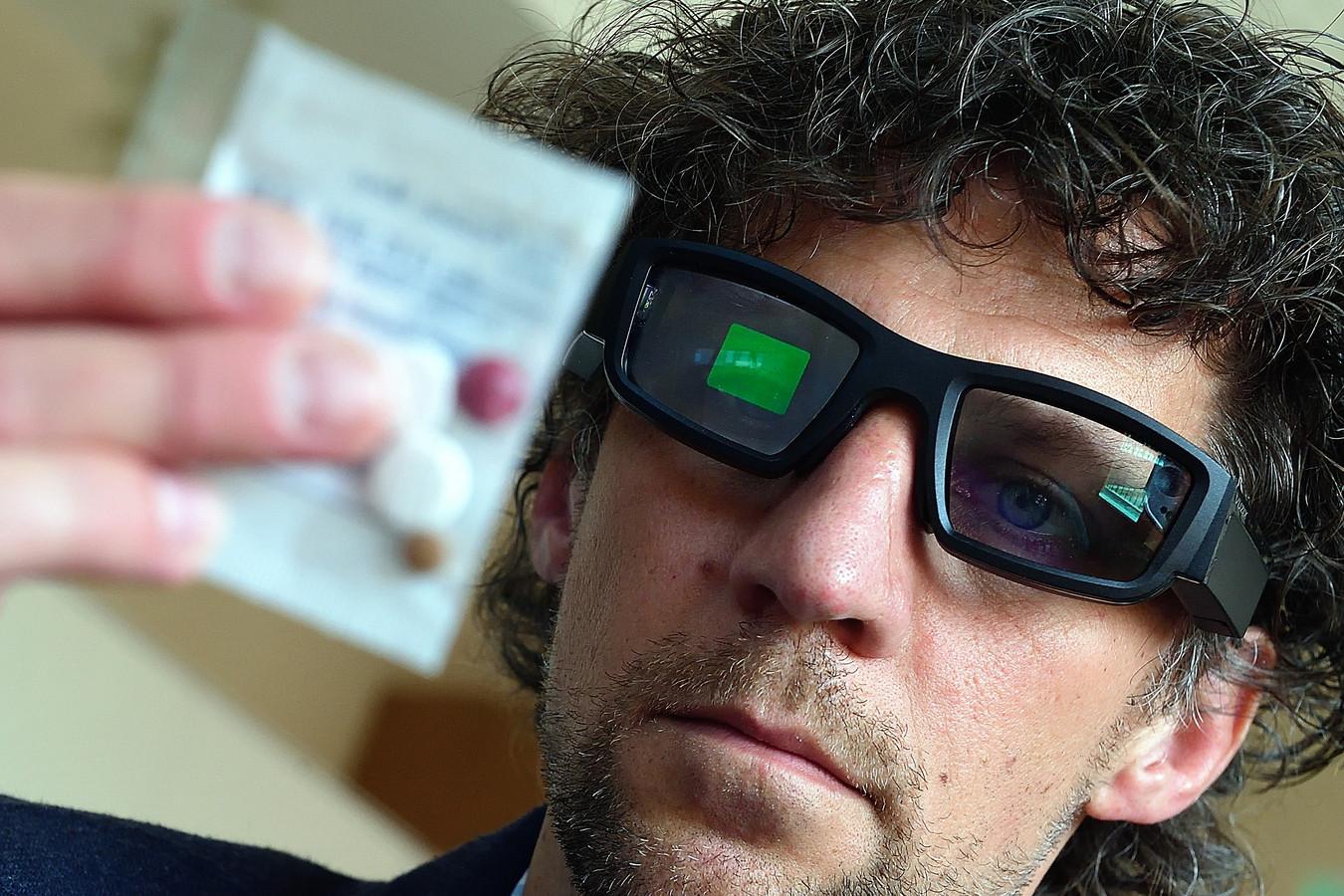 Innovatieadviseur Matthieu Arendse test de augmented realitybril die helpt bij het uitdelen van medicatie.