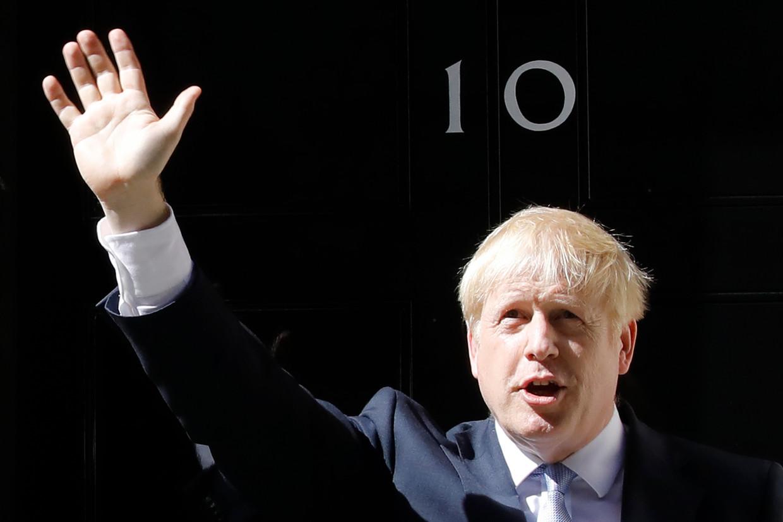 Boris Johnson voor zijn ambtswoning. Beeld AFP