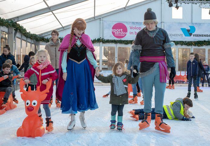 """Figuren uit film """"Frozen"""" op ijsbaan Veenendaal on Ice afgelopen winter."""