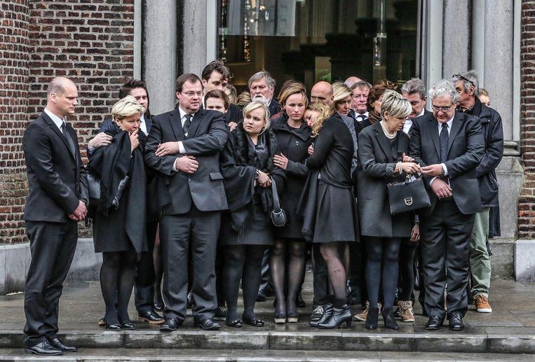 De familie na de plechtigheid aan de uitgang van de kerk.