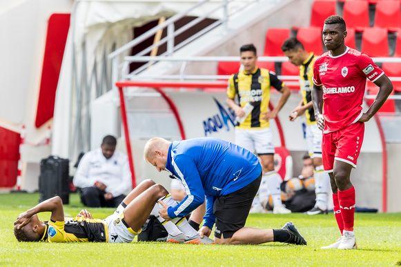 Charly Musonda Jr. valt uit in een oefenmatch met Vitesse tegen Antwerp.