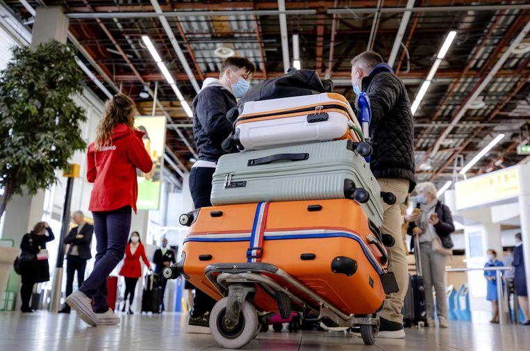 Vanaf Schiphol vertrekken 189 vakantiegangers naar Rhodos voor een testvakantie. Doel is om te kijken of een testprotocol het mogelijk maakt om ondanks de coronapandemie te reizen. Beeld ANP
