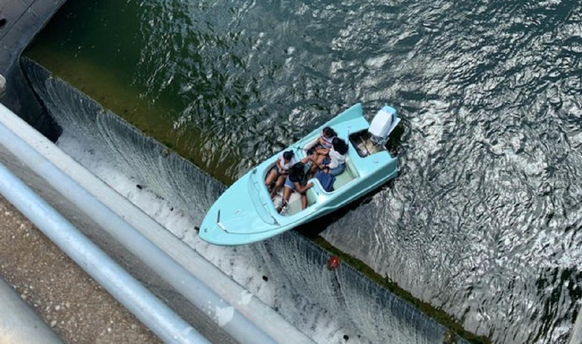 De vier vrouwen in hun boot, vast bovenop de dam.