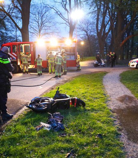 Groene deelscooter in brand gestoken in Twello, groepje neemt razendsnel de benen