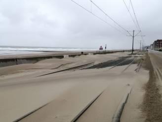 Geen kusttram tussen Oostende en Westende door zandophopingen: vervangbussen ingelegd