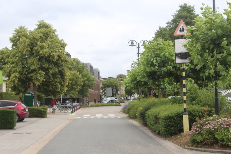 Het stukje Rozenkransweg net aan de schoolpoort is voortaan net voor en net na school verboden voor auto's.