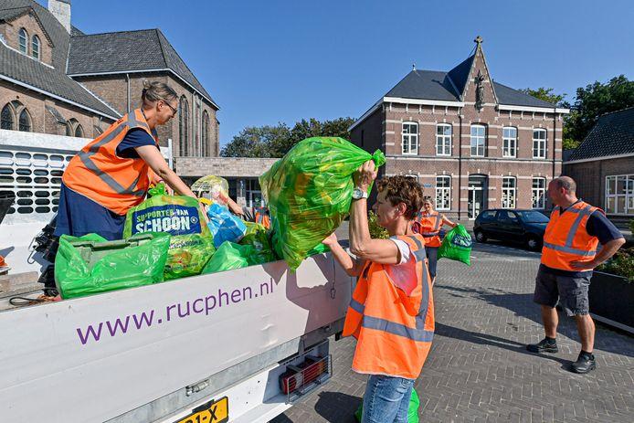 Vrijwillige afvalruimers in Sprundel.