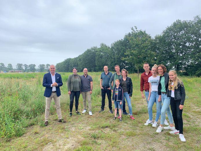 Wethouder Maarten Prinssen nam met enkele initiatiefnemers van het winnende idee een kijkje op de plek waar de nieuwe woonvorm Living Lab Maashorst mag worden gerealiseerd. V.l.n.r. wethouder Prinssen, familie Francken-Schiffer, Martijn van Drenth, familie Van der Burgt en familie Jaegers-Kluskens.