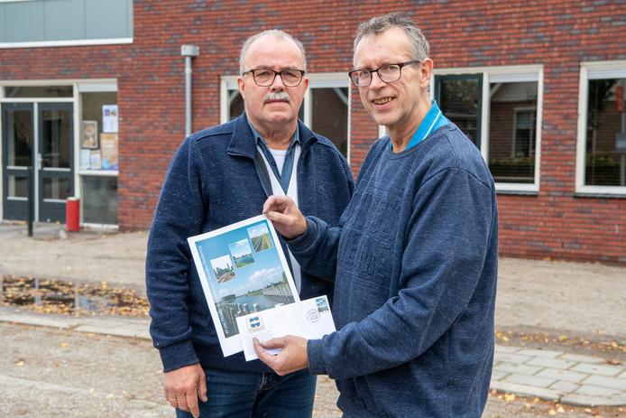 Gerrit Huisjes (links) en Jan Bakker  van de Philatelistenvereniging Coevorden-Hardenberg showen de door hun ontworpen postzegel.