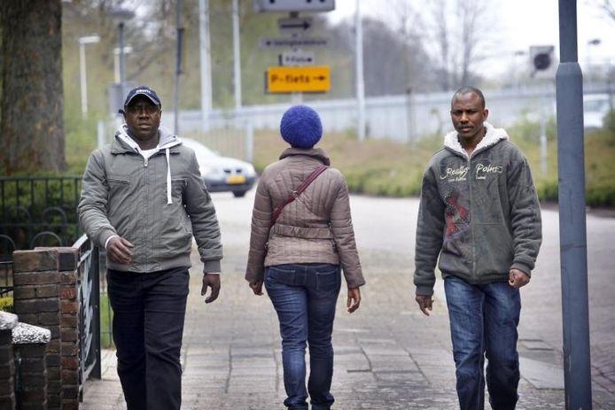 Sorie Conte (links) en Alassan Cissé flankeren een jonge moeder uit Sierra Leone, slachtoffer van mensenhandel. Alledrie werden opgevangen door de nu bedreigde stichting Vluchteling als naaste. foto Jurriaan Balke