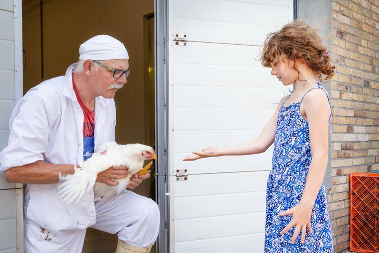De boer geeft de kip nog een laatste keer aan Lois.   Beeld Pauline Niks