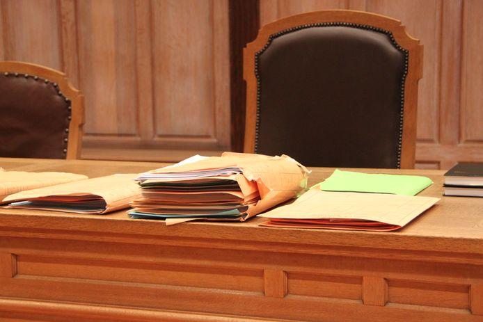 Een dossier op de tafel van de rechtbank in Kortrijk.