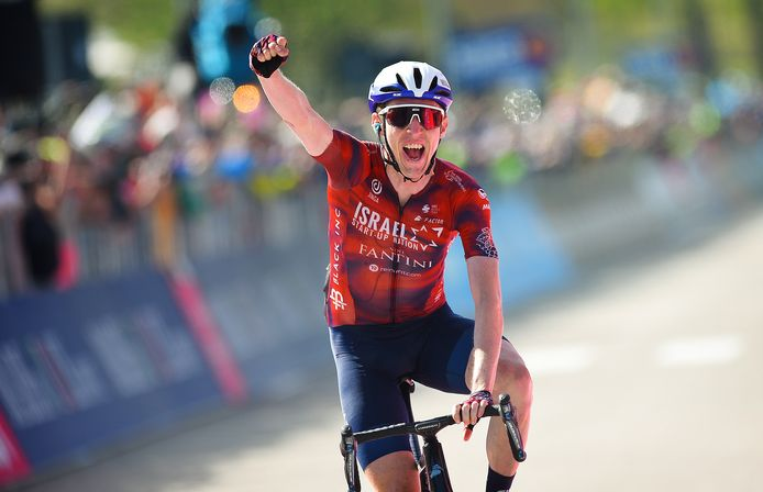 Dan Martin viert zijn overwinning in de 17de Giro-rit.