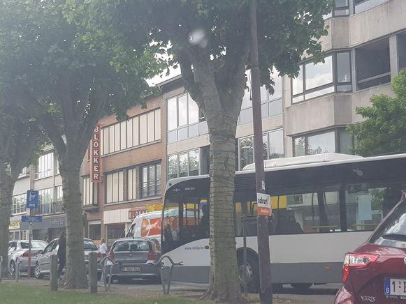 Door enkele foutparkeerders kwam de lijnbus even vast te zitten ter hoogte van Blokker.
